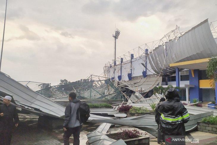 Stadion Arcamanik Bandung porak poranda akibat terjangan angin kencang
