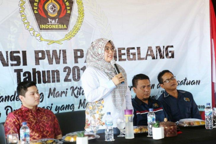 Bupati Irna dan anggota komisi I DPR RI  hadiri Konfercab PWI