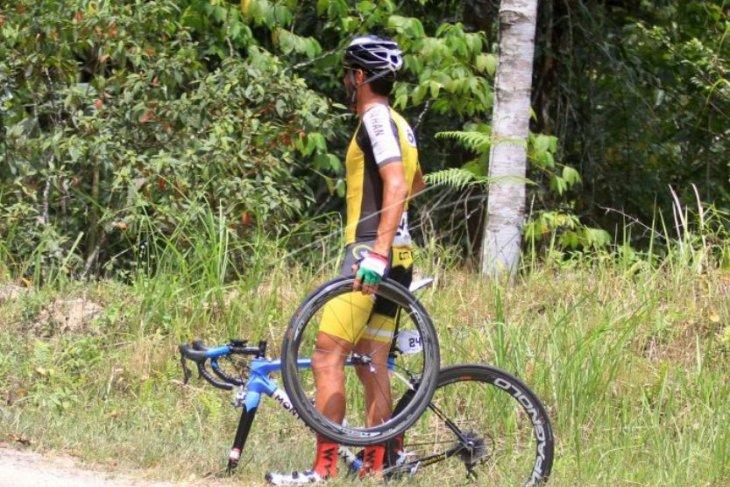 Pebalap sepeda peserta TdS 2019 menunggu tim ganti ban