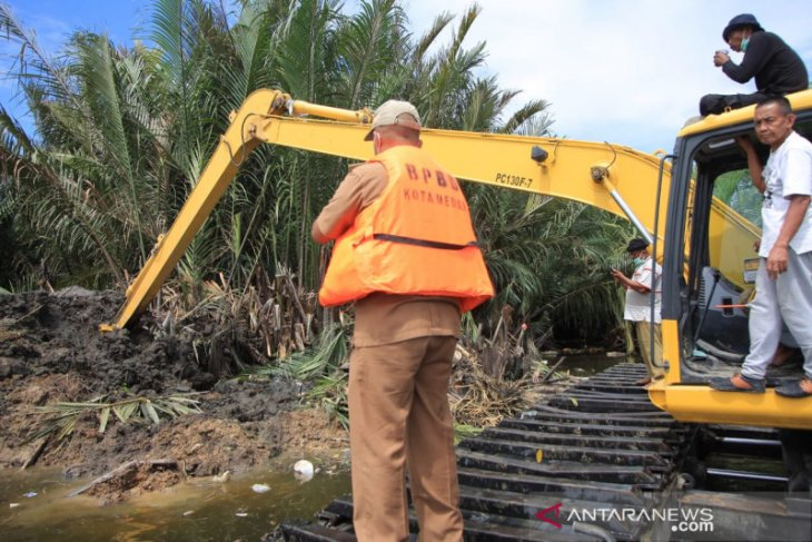 351 ekor bangkai babi di Danau Siombak dikubur massal