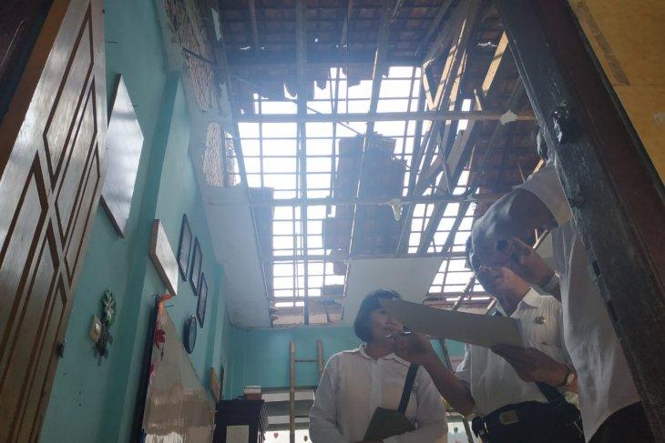 Angin kencang rusak bangunan madrasah di Tulungagung