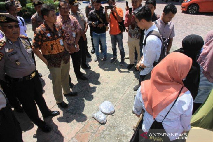 Protes kenaikan iuran, mahasiswa serahkan koin pada BPJS Kesehatan