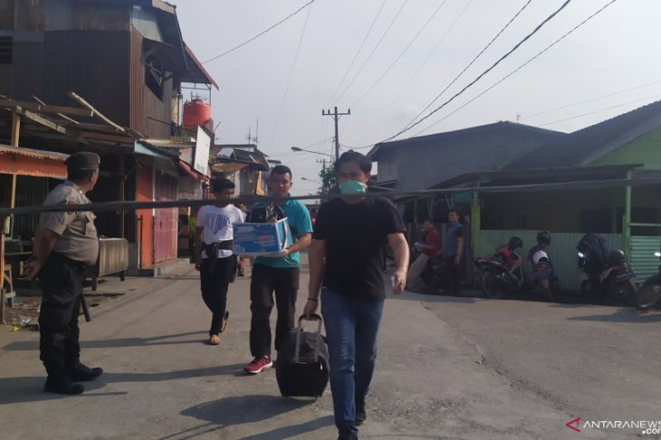 Petugas sita barang di rumah guru ngaji terduga pelaku bom bunuh diri