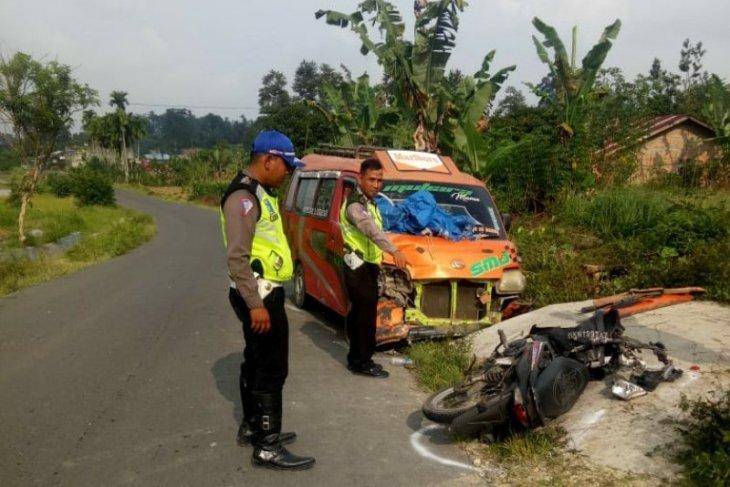 Salip truk, pengendara motor tewas tabrakan dengan angkutan umum di Simalungun