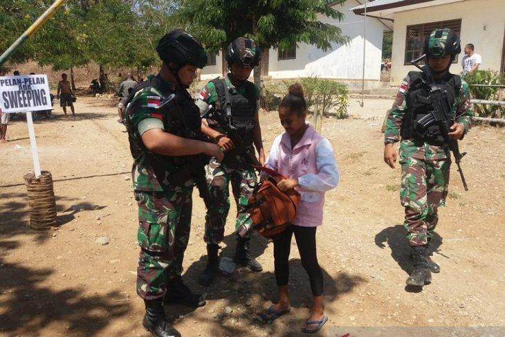 Satgas Pamtas Yonif R 142/KJ bersama polisi 'sweeing' perbatasan di Belu NTT