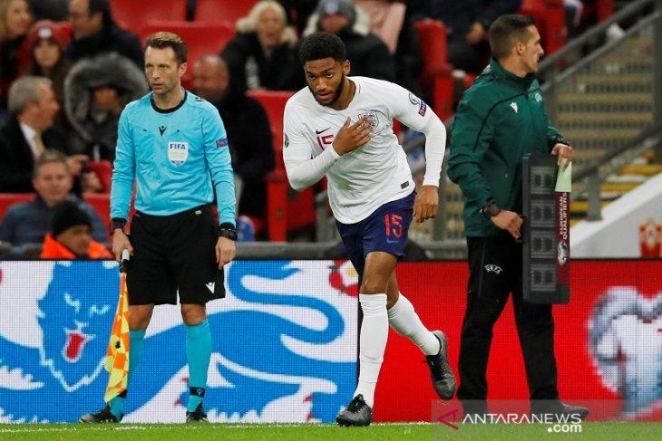 Kualifikasi Piala Eropa - Sterling sedih suporter Inggris cemooh Joe Gomez