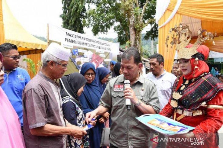 Bupati Tapsel serahkan 400 juta untuk korban kebakaran Batang Toru