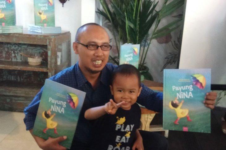 Anak berebut payung jadi inspirasi penulis buku