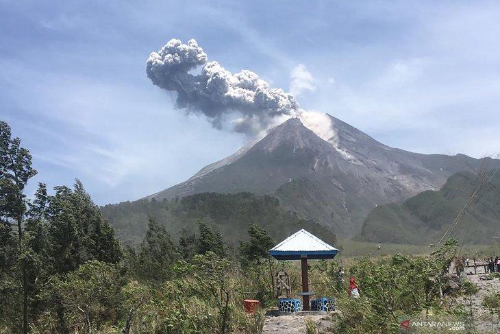 Gunung Merapi meletus, keluarkan awan panas setinggi 1.000 meter