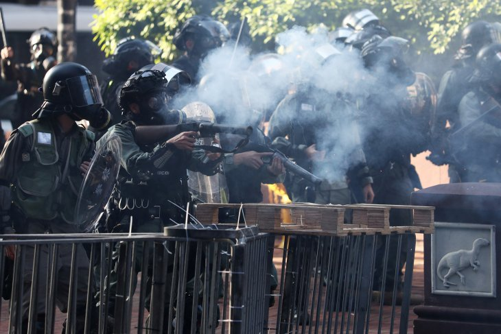 Polisi tembakkan gas air mata ke kampus di Hong Kong