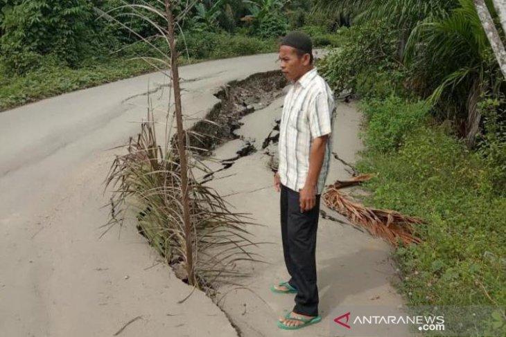 Jalan Aceh Timur terancam putus karena longsor
