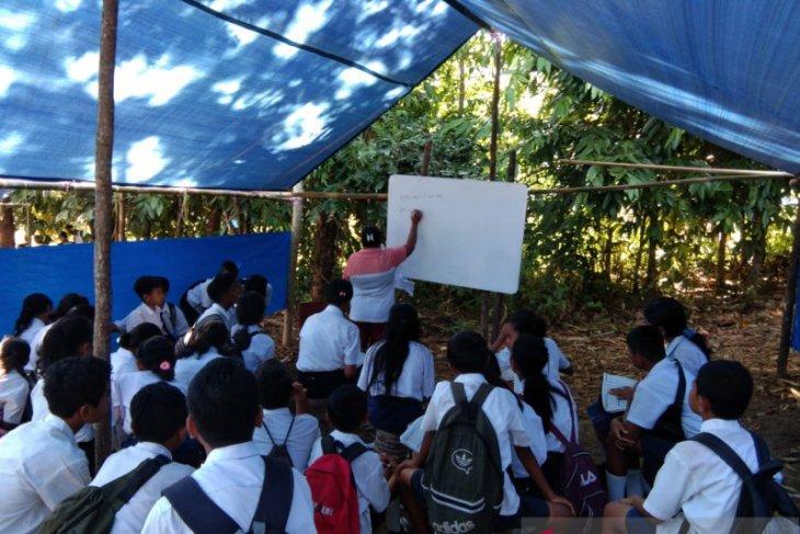 Di Salahutu, siswa SMP  masih belajar di tenda pengungsian