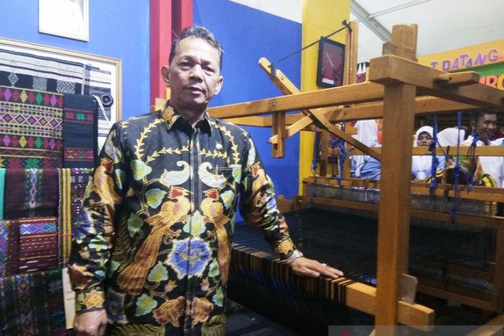Dinas Perdagangan dan Koperasi UKM pamerkan kain tenun Sipirok