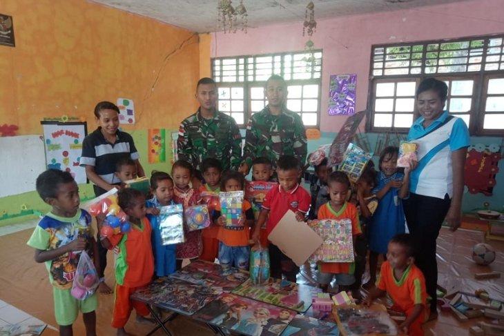 Peringati hari anak, Satgas Pamtas berikan mainan kepada anak di perbatasan