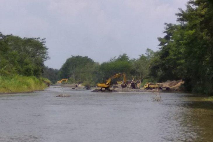 Penambang pasir ilegal di Sungai Brantas gunakan alat berat, tak ada penindakan