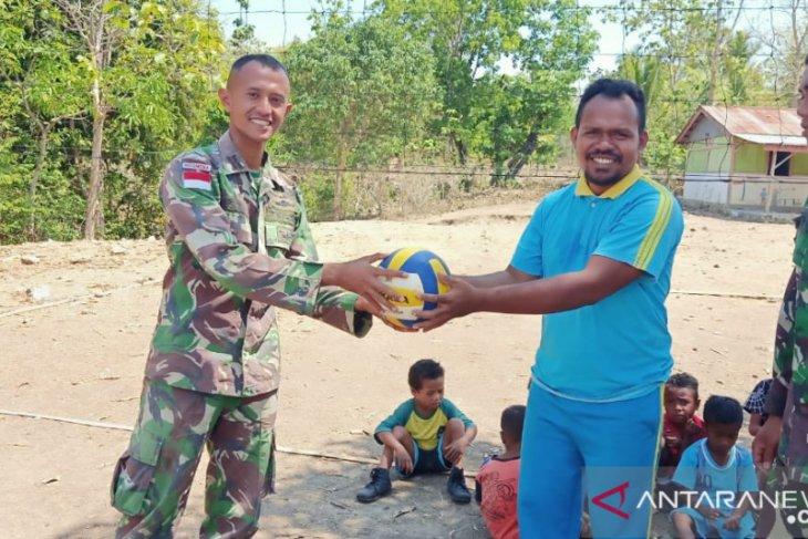 Satgas Pamtas Yonif R 142/KJ berikan bantuan olahraga di perbatasan