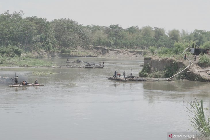 Penambangan pasir liar di sungai Brantas