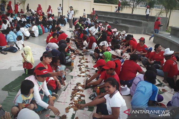 Hari guru di Teluk Wondama dirayakan secara unik