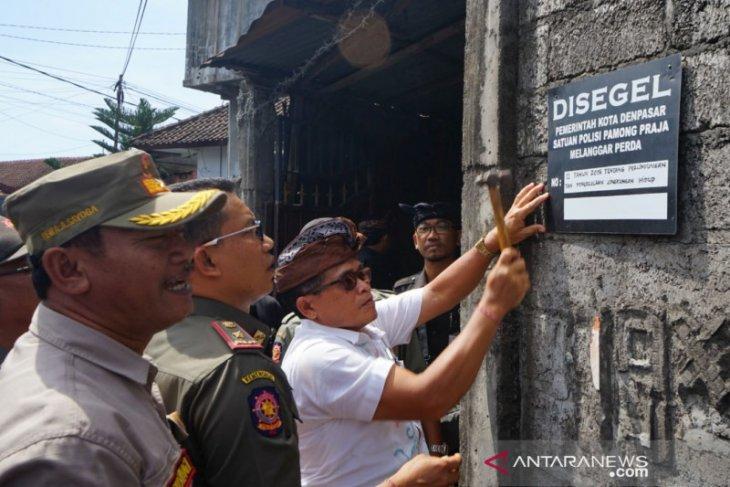 Satpol PP Denpasar segel usaha sablon batik