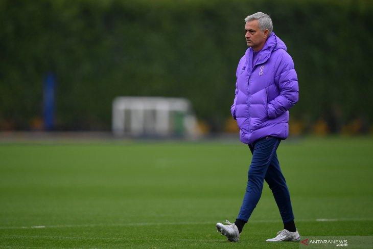 Manager Spurs Mourinho undang anak gawang untuk makan siang bersama
