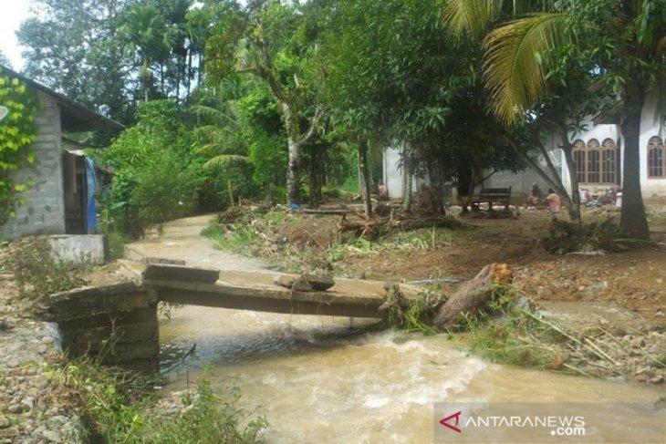 Banjir terjang jembatan dan dapur rumah warga Abdya