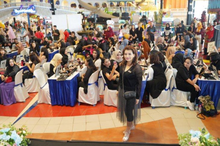 Martinez Livienne berbagi tips pada peserta Beauty Class di Kota Pontianak