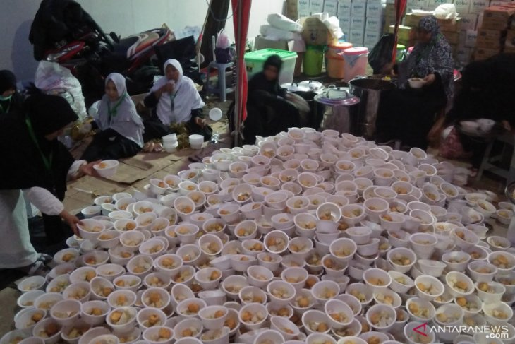 Puluhan relawan siapkan makanan peserta Reuni 212