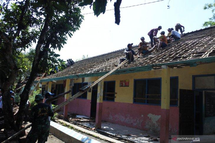 Gotong-royong turunkan atap sekolah
