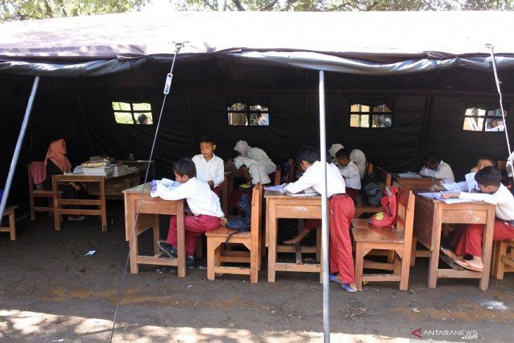 Ruang kelas rusak, puluhan siswa SDN Jamintoro 3 Jember belajar di tenda darurat
