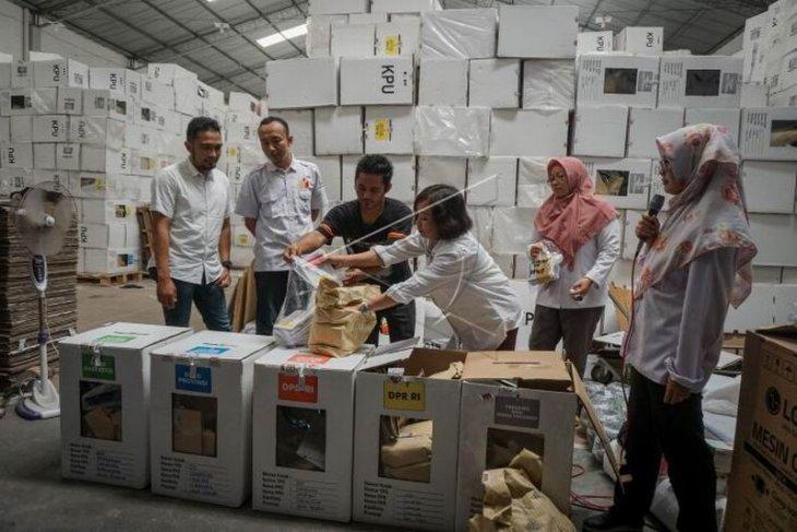 Pengosongan isi kardus logistik Pemilu 2019
