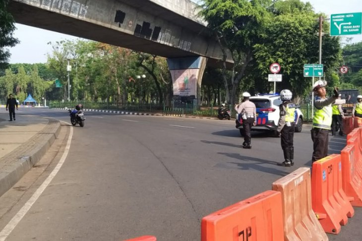 Police temporarily close road section at Monas Square after blast
