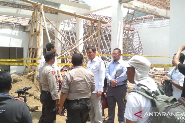 Atap pendapa kecamatan ambruk, DPRD Jember temukan kejanggalan konstruksi