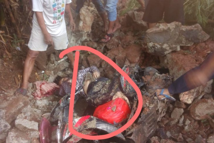 Turap di Tangsel roboh, tewaskan pengendara motor