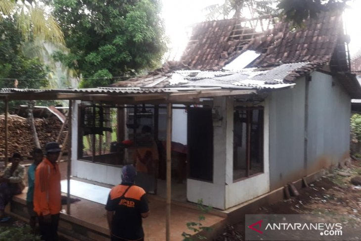 Puting beliung terjang tiga desa di Situbondo, puluhan rumah porak-poranda