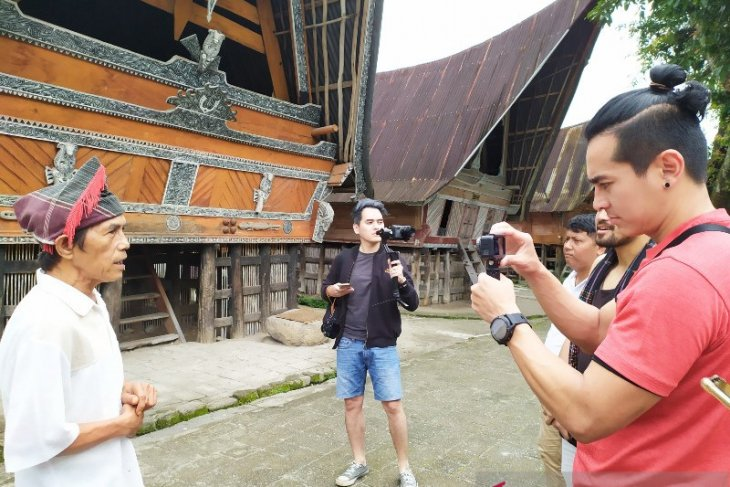 Travel influencer asal Jakarta kagumi panorama Danau Toba