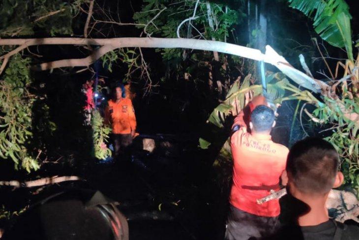 Hujan angin di Ponorogo, seorang pemuda tewas tertimpa bangunan roboh