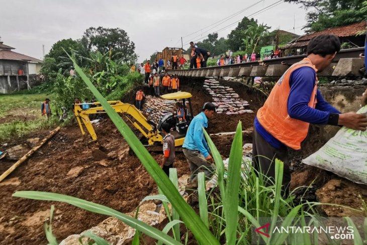 Akibat longsor empat jadwal perjalanan KA Pangrango dibatalkan