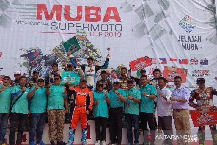 Pebalap Lewis Cornish juarai Muba International Supermoto 2019