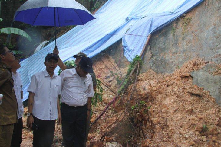 Batam's landslide damages at least 10 houses