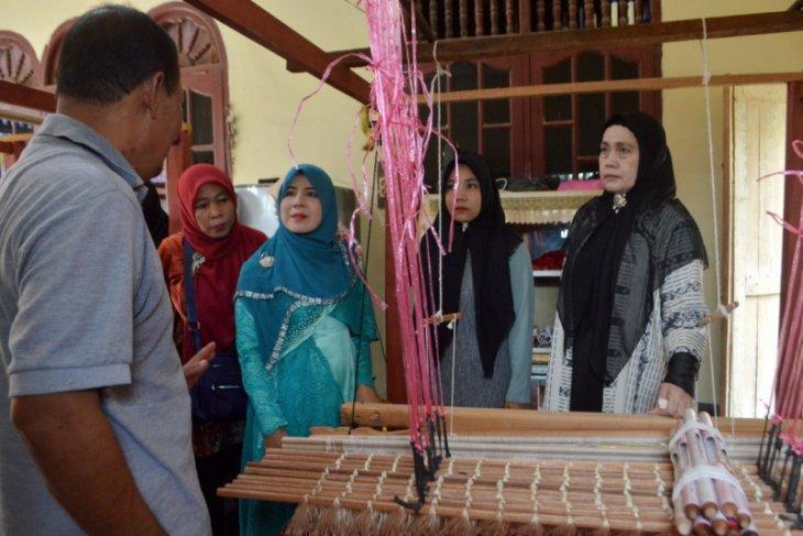 Dekranasda Aceh Tamiang Latih Pengrajin Songket