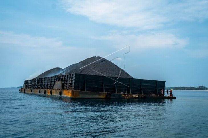 Kapal tongkang berlabuh di wilayah konservasi Taman Nasional Karimunjawa