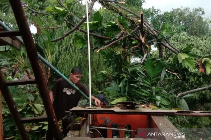 Puluhan rumah di Ciutara Sukabumi rusak diterjang angin puting beliung