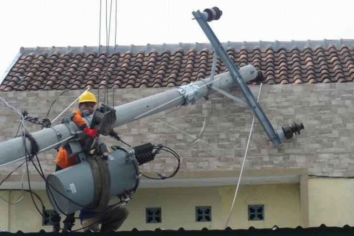 Tiang listrik ambruk