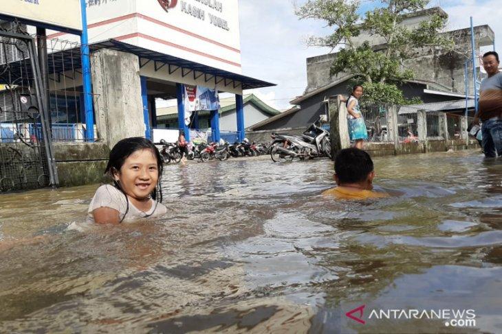 Puluhan warga Roban Singkawang dievakuasi akibat banjir