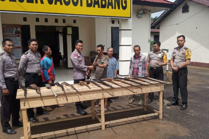 Border residents hand over 14 locally assembled firearms to police