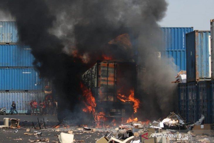 Enam orang terluka akibat truk kontainer meledak di Surabaya