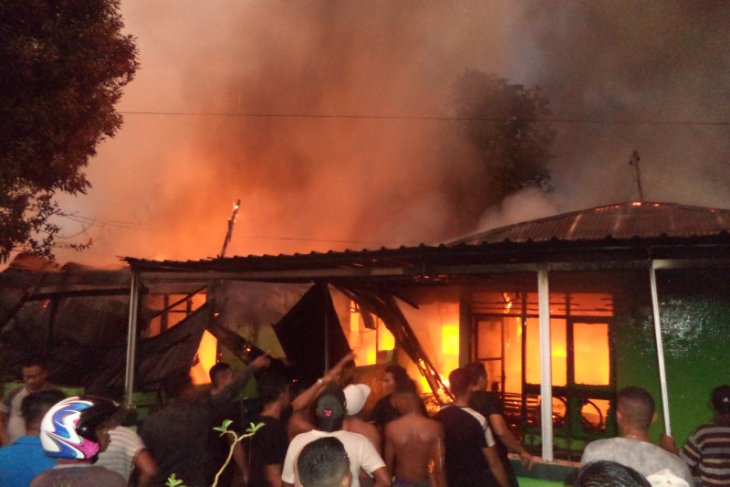 Diduga tersambar petir, tujuh rumdin TNI AD terbakar