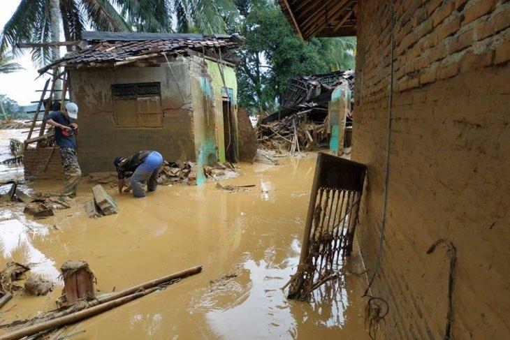 Diterjang banjir, rumah pejabat Lebak rusak