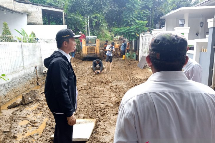 BPBD Kota Bogor bantu bersihkan material longsor di Ciluar Asri