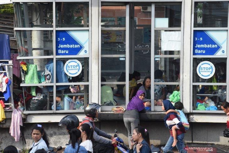 Mengungsi di halte Transjakarta